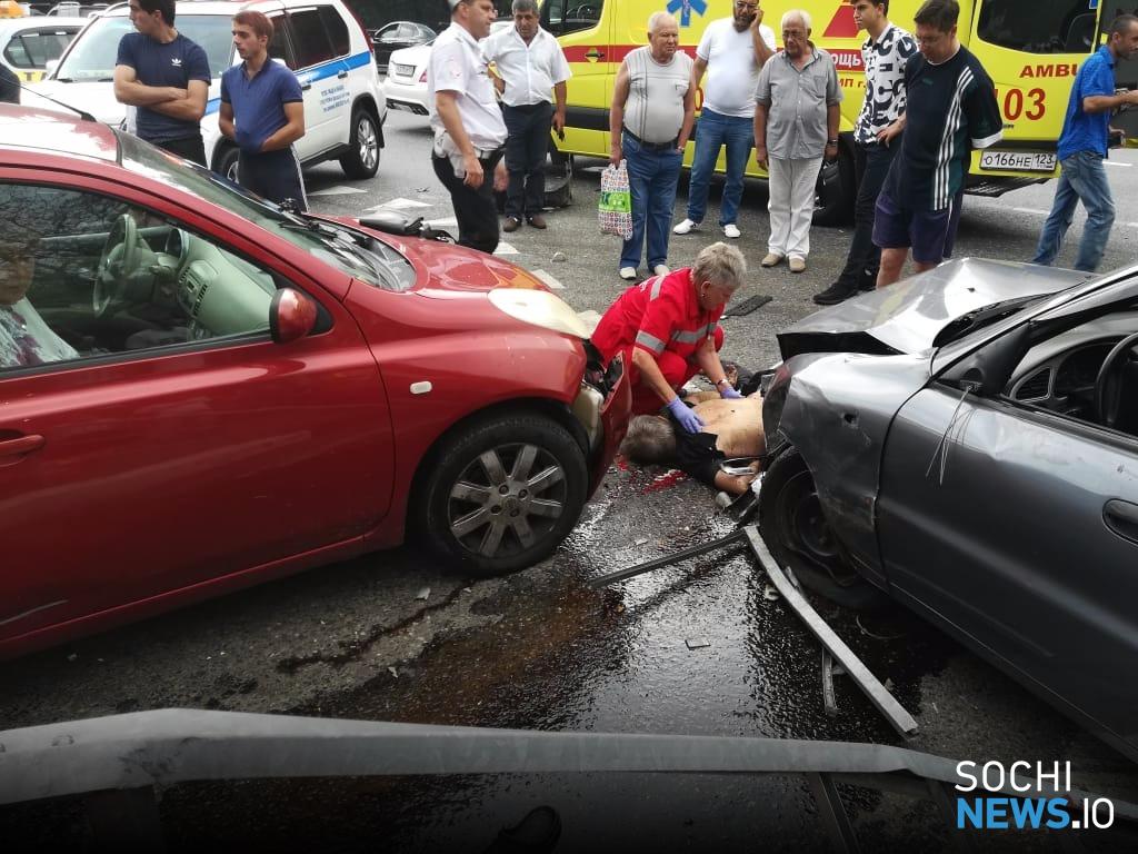 Страшное ДТП в Сочи: водитель сбил пешеходов у остановки