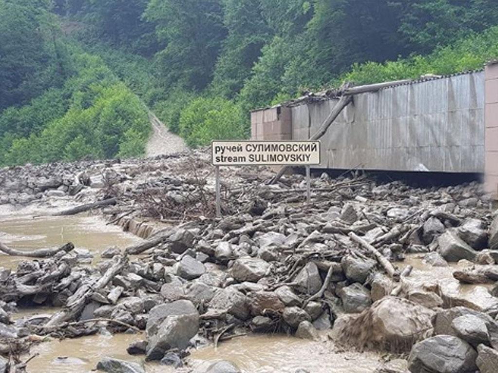 ВСочи поток грязи затопил дорогу ккурорту «Роза Хутор»